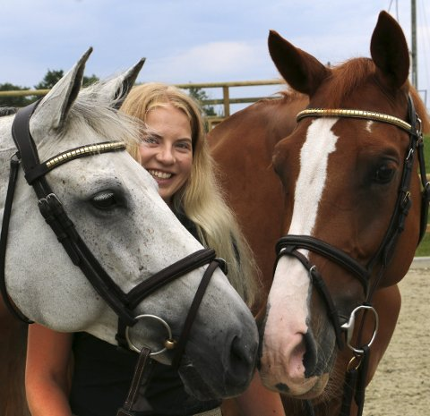 ZORAYA OG ISABELLE: Martine Eknes Hegna kjøpte hestene Zoraya Z og Isabelle III for tre år siden. – Det er lærerikt å ha to så ulike hester, sier hun.