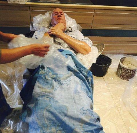 VASELIN: Roar Flåthens ansikt, armer og hender var godt smurt inn med vaselin før det skulle dekkes med gips.