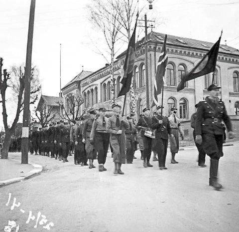 PARADE: Parade av 8. hirdkompani i Skien. Bildet er tatt i april 1941.
