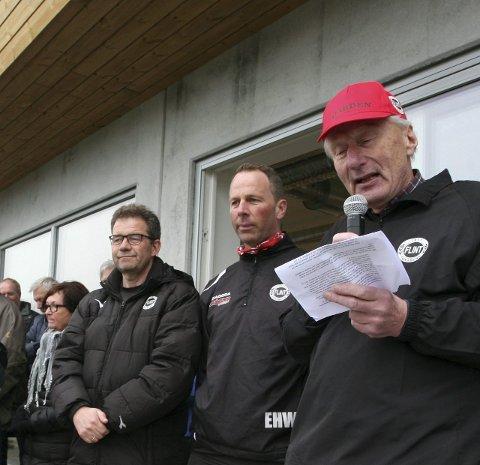 GULLMERKE: Bjørn Bergesen (til venstre) og Espen H. Wessel (midten) fikk Flints gullmerke av Flint-topp Sverre Brydøy.