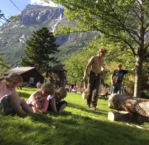 Leikvin: Lervike kløyver stokk under onsdagstreff på Leikvin. Foto: Tommy Fossum