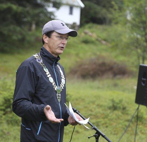 MYKJE ARBEID: Ord-førar Jon Askeland stod for opninga av kystsogevekene i Radøy. Han orienterte om arbeidet som Bergen og Omland Friluftsråd no skal i gang med i Skageneset.
