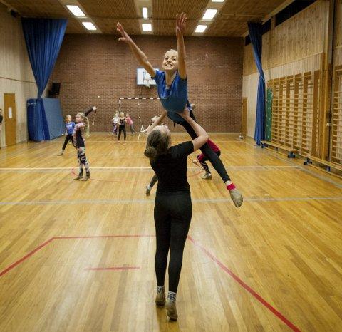 NM: Amalie Bustgaard Pettersen (hoppende) og Leah Sofie Hauge Brarud har vært i NM og gjort det bra.