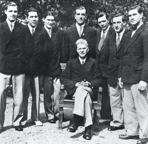 «Madsane»:  Det mest kjente bildet av et komplett Madsens orkester med far og syv sønner, tatt på Bygdønes i Oslo i 1931. Bak fra venstre: Haakon, Birger, Eivind, Eugen, Sverre, Erik og Gunnar. Foran sitter brødrenes far Hans P. Madsen.