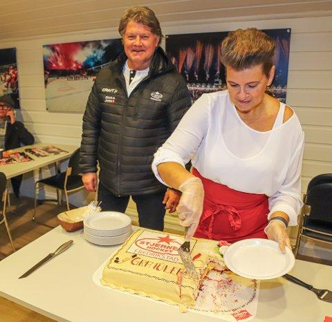 Ørjan Løvdal koste seg med jubileumskake han fikk servert av Merete Andersen. Nå håper klubbens markedssjef at de klarer å hente tilbake Andrew O'Brien.