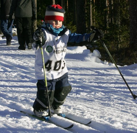 BLID SOM EI SOL: Tre år gamle Samuel Michelson-Johnsen fra arrangørklubben Magnor UL, sjarmerte alle som stod rundt løypene på Liermoen.