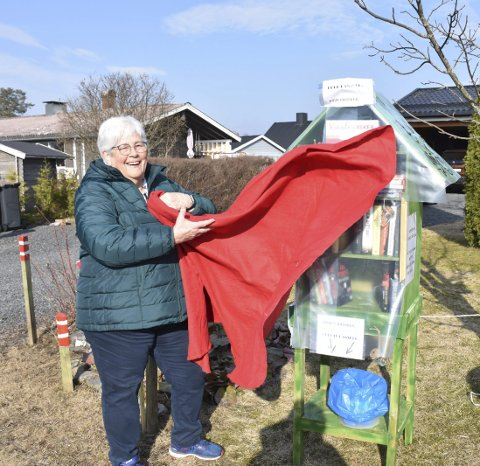 Avduket: Anne Sofie er en kreativ sjel og sørget for bibliotekåpning i sola i hagen.