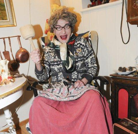 1. HÆÆHÆÆHÆÆ: Olga Innerhåjen er klar med adventskalender, og dæveldeiso er aldri langt unna. Det er å regne med hardtslående replikker gjennom hele ventetida. Mannen bak maska, Viggo Pareli Eriksen, er ofte forbauset av hva fruen kan få seg til å si. 2. GJORT FØR: ‒ Å lage Olga tar 10 minutter, sier Viggo. Forvandlinga skjer vanligvis i ensomhet. Eller tosomhet, om du vil. 3. OLGA I SMÅBITER: Brystene midt i bildet er heimesydd, og fruen er til å kjenne igjen også når hun ikke er påkledd. For å si det sånn.