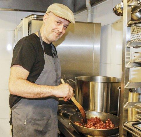 VETERAN: Odd Arne Eiterjord har laget lutefisk til restaurantgjester i en mannsalder. Her holder han på med det mest kjente tilbehøret, nemlig bacon som han alltid steker med meierismør.