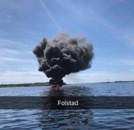 RØYK: Det ble en kraftig røykutvikling på fritidsbåten mellom Herøy og Brasøy lørdag ettermiddag. To personer ble berget fra den brennende båten.