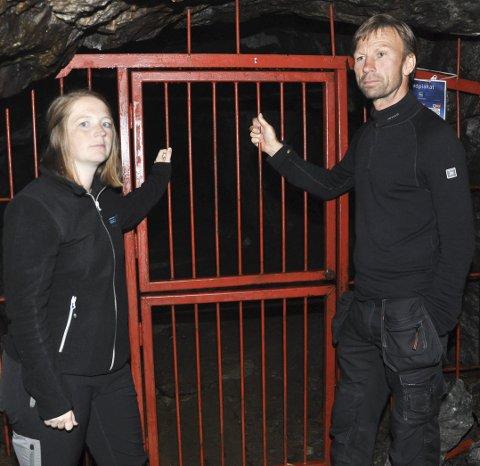 OPPGITT: Solveig Myhre og Kjell Sørum viser de solide gitrene som ikke har hindret uvedkommende å ta seg inn.