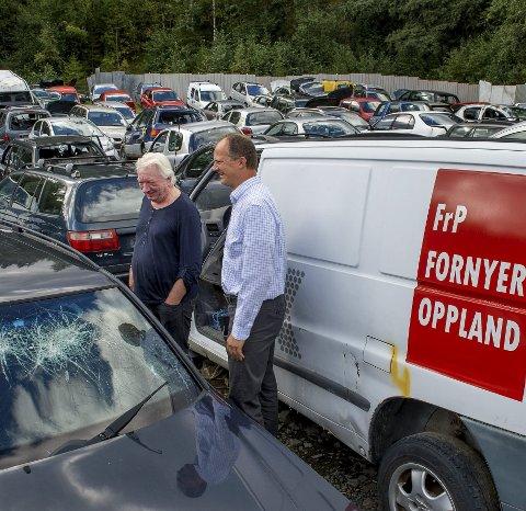 Vrak: En kræsjet, gammel Frp-bil er blant «utvaget» i høggeriet. Sikkert rasert av Ap under valgkampen, gliste Ketil Selvik-Olsen.