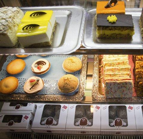 Fine fristelser:  – Folk kan stå å studere kakene lenge, de blir helt henført.