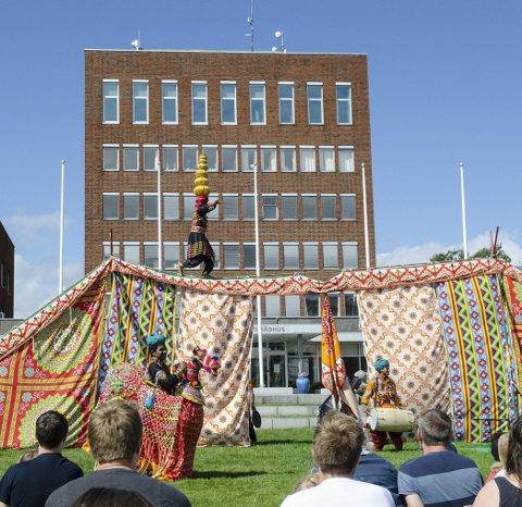 Balansekunst: Det var stille på plenen da denne artisten balanserte på line med seks krukker på hodet.