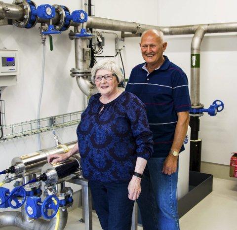 Kjempefornøyde: Torunn og Anders Omsland kan ikke få fullrost det nye vannverket. Nå forblir de hvite skjortene hvite også etter vask.