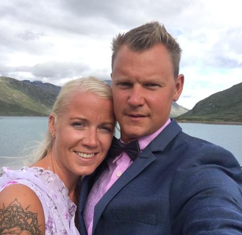 MER ENN EN FERIEFLØRT: Camilla Andersen Corriere (30) og Tobias Michael Corriere (34) møttes på øyhopping i Hellas.