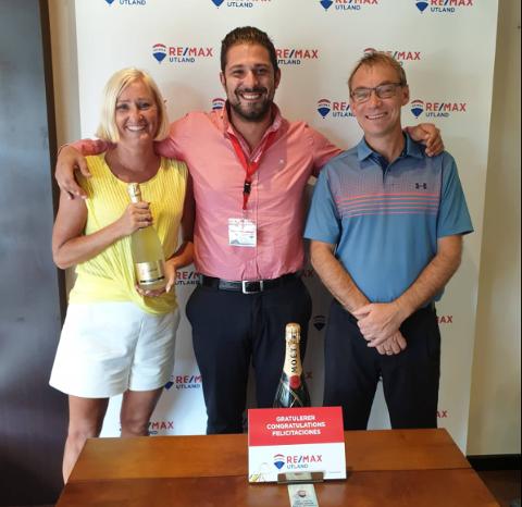Patrick Gullesen har gjort det godt som eiendomsmegler på Gran Canaria. Her er han sammen med kundene, Anette og Ola Axellson.