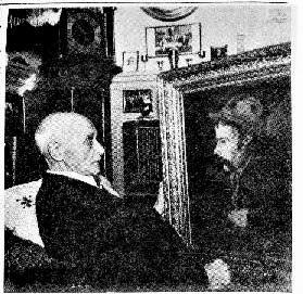 SEVERIN: Severin Christoffersen på sine eldre dager med portrett av forfatteren Arne Garborg, som han møtte i unge år. (Østlendingen 22.desember  1953)