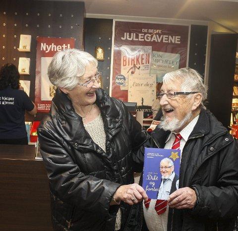 Signerte bøker: Før jul stilte Magne Larsen hos Norli bokhandel på Triaden og signerte bøker. Anne Sletner var en av mange som ville ha hans signatur.Foto: Ola Einbu