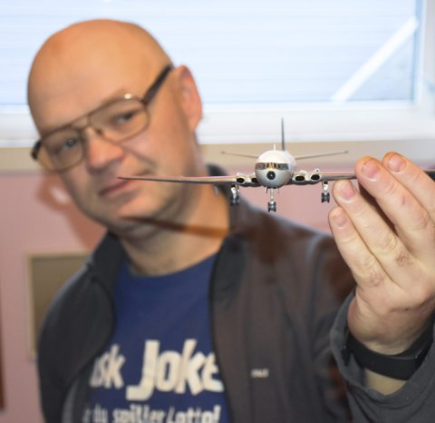 LIDENSKAP: Jan Richard Meek har bygd seg opp en imponerende samling av plastmodeller. Fra sitt eget verksted bygger han båter, fly og av og til en bil.