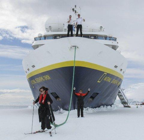 MOT SYDPOLEN: Sindre Holberg fra Smøla (til høyre på baugen) har fått drømmejobben som 1. styrmann på «National Geographic Orion». Sammen med sine kollegaer sørger han for at hvert øyeblikk teller og blir minnerikt. Overstyrmann Heidi Norling i front.