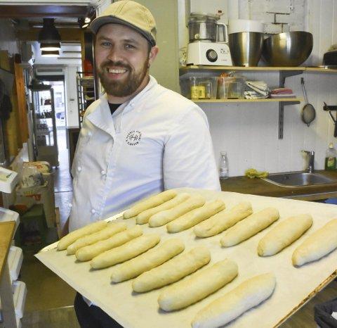 Fra bunn: Erlend Myhren jobber om nettene og baker til bakeriutsalget på kafeen, og kafeens påsmurte varer