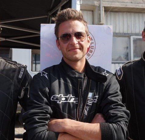 VERTSAKP: NMK Valdres og klubbleder Steffen Bergum Raaholdt tar imot Truls Svendsen og Eyvind Hellstrøm 29. juli. Da skal de to få bryne seg på den erfarne bilcrossføreren.