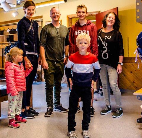 Hele familien Gustafsson er med på Noah (foran) sin første skoledag. Fra venstre lillesøster Isa, mor Johanna Elisabeth, far Kim, onkel Stian og farmor Mona.