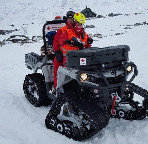 Langevåg Røde Kors Hjelpekorps sin ATV bemannet av Olav Havnegjerde og Julie Havnegjerde.