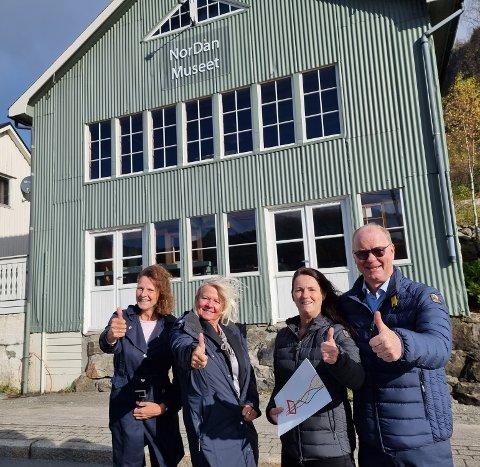STØTTE: Alle ting begynner en plass og her står ordfører i Lund kommune Magnhild Eia, Kulturkonsulent Hilde Fløtre, sammen med Anne Irene Rasmussen og Johannes Rasmussen utenfor NorDan museet, der konsernet NorDan en gang begynte for 95.år siden.