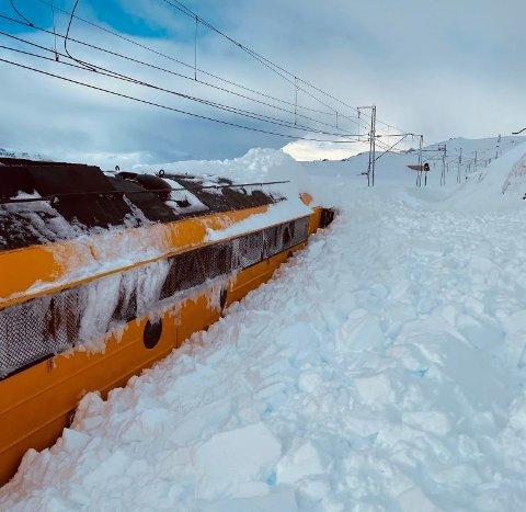Arbeidsmaskinen brøytet østfra mot Finse da den kjørte seg fast i en snøfonn. Foto: Spordrift