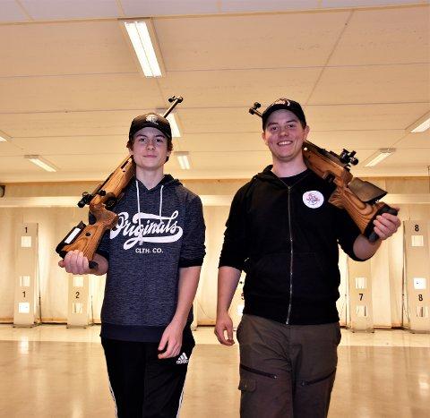 I SKYTEKJELLEREN: Her i lokalene på Sigdal ungdomsskole, har Eskil (til v.) og Gaute Grøterud tilbrakt utallige treningstimer - på høsten og vinteren.