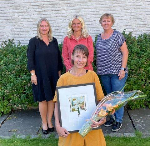 Juryen, som har bestått av juryleder Cathrine Bergan, Nina Bigum Udnesseter og Sissel Smith Olsen, delte fredag ut  årets litteraturpris fra Skolebibliotekarforeningen til Ingeborg Arvola.
