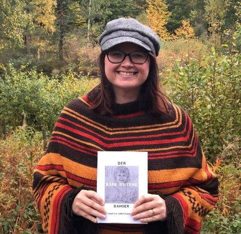 UTLEVERENDE Lilly Marita Christiansen er nå ute med selvbiografien «Der bare isbitene danser» og hun synes det har vært tøft å utlevere seg selv på denne måten, men håper at boka kan hjelpe andre som sliter.