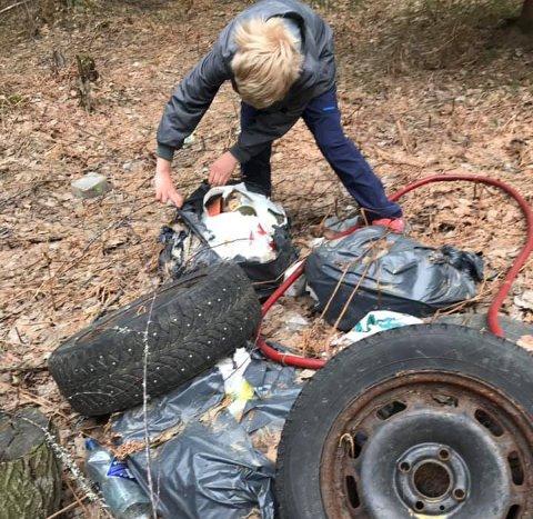 Ryddet søppel: Rasmus Steen Ahlstrøm og Aksel Steen-Brørs er oppgitte over folks forsøpling i naturen.