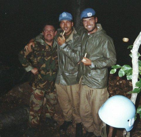 Skyttergrav: Da FN-leiren ble bombet måtte Kåre Brandt (bak i midten) og de øvrige norske FN-soldatene grave skyttergraver ute i terrenget.