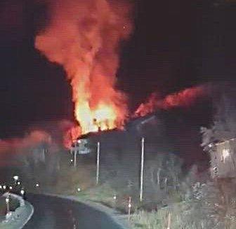 NEDBRENT: Et ubebodd bolighus i Kvænangen ble slukt av flammer natt til fredag.