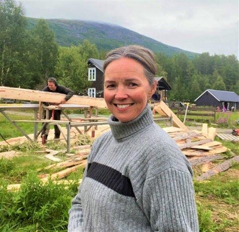 INGEN FERIE: Hilde Nyvoll har ingen ferieplaner utenom å være på jobb på hjemmekontoret på hytta.