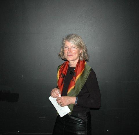 LEDEREN: Seremonileder Anne Pedersen kunne smile etter strålende oppmøte og glad ungdom.