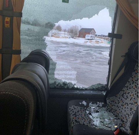 Bussen dro videre etter at den kjørte inn i venterommet i Stokkvågen og knuste et vindu.