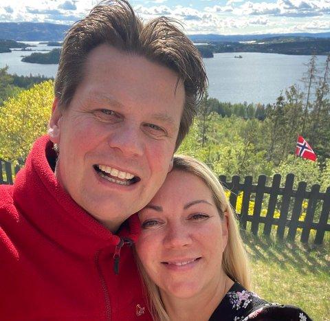 STORTRIVES: Aina Butkus og kjæresten Erik stortrives i Åsa og understreker: Det er ikke turgåerne som er problemet, men mangelen på ordentlige parkeringsplasser.