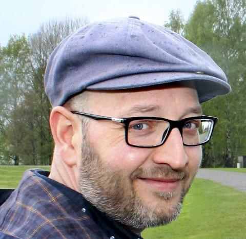 """ROSA GUEST: Lasse Rune Eriksen i kulturetaten i Skedsmo forteller at """"Lyden av Lillestrøm"""" har rosa lys til ære for Rosa sløyfe-aksjonen."""