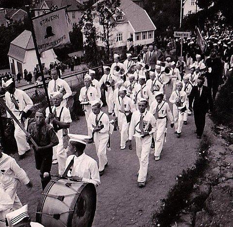 Her kommer Stavern Guttemusikkorps marsjerende opp mot Preståsen.