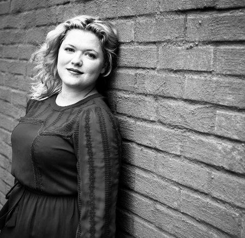 Fredagskonsert: Sara Elise Forsell fra Sarpsborg tar med seg fullt band til Kaffeforretningen Sarpen fredag.