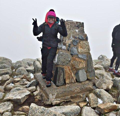 Ingvild Settemsdal på toppen av Mount Kosciuszko i Australia. Sunndalsjenta er den fjerde norske kvinne som har gjort Seven Summits. (Foto: Privat)
