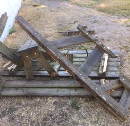 SMADRET: Tre bord med benker utenfor Teie IFs klubbhus ble ødelagt i helgen.