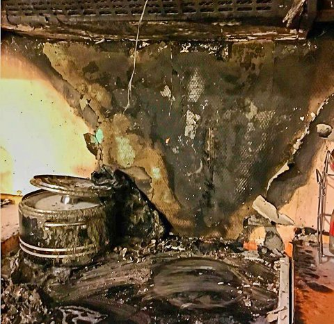 UBEBOELIG: Slik ser det ut inne på kjøkkenet i blokkleiligheten, der en kjele med frityrolje skal ha tatt fyr. Flammene spredde seg videre til ventilatoren, og leiligheten anses som ubeboelig.