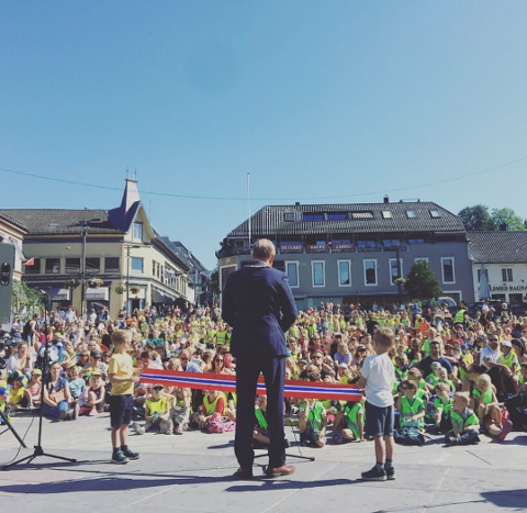 SMÅ OG STORE: Det var fullt på Torvet da Tønsberg-ordfører Petter Berg åpnet «Barn i byen» i 2018.