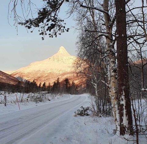 Kjølig: Nysnøen førte med seg noen lave temperaturer, og for flere steder i Salten resulterte det til den kaldeste dagen til nå i vinter. Her er Solvågtinden badet i kalde omgivelser, men også i solskinn.