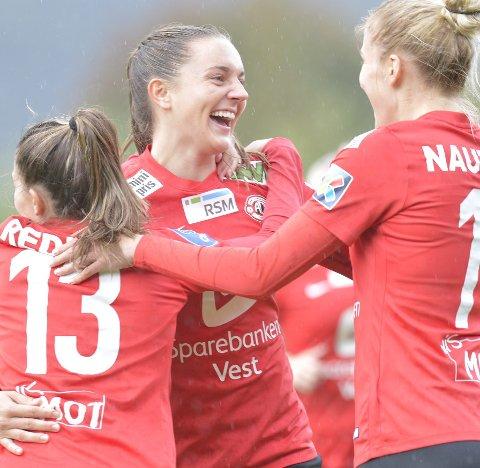 Arna-Bjørnars Vilde Bøe Risa (i midten) er glad for at det kan bli færre lag i Toppserien, og et sluttspill. (Arkivfoto: Rune Johansen)